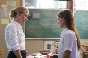 Deux filles satisfont leur prof
